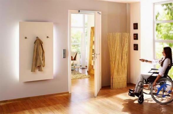 persona_en_silla_ruedas_abriendo_puerta