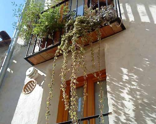 balcón casa de piedra