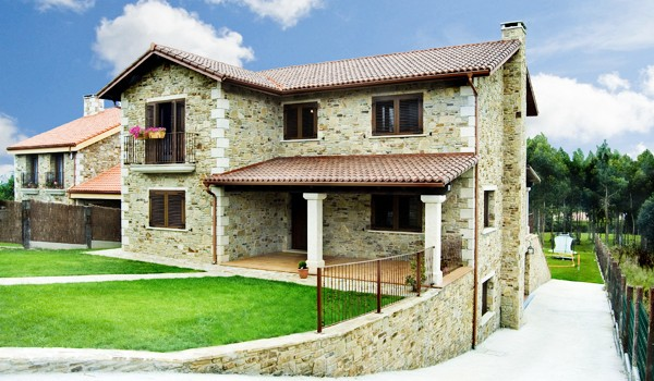 Casas incre bles en tu casa de piedra viviendu for Casas modernas revestidas en piedra
